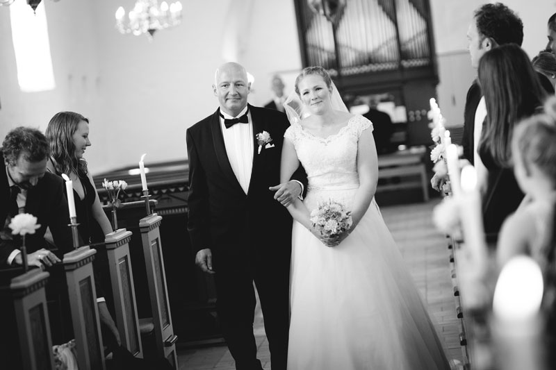 Bruden går ned ad kirkegulvet