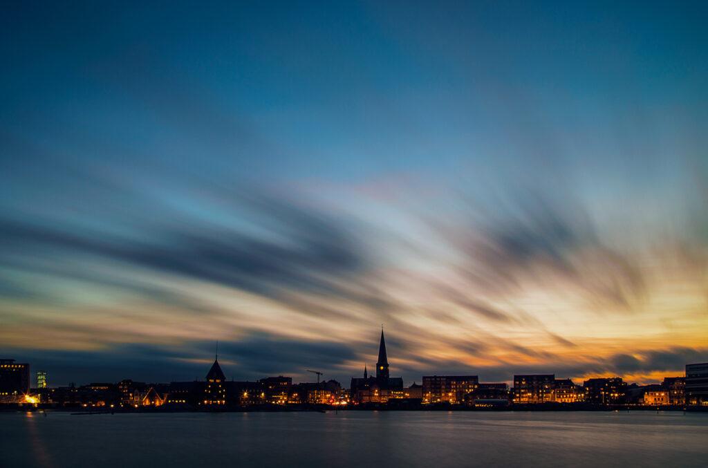 Nattebillede af byen