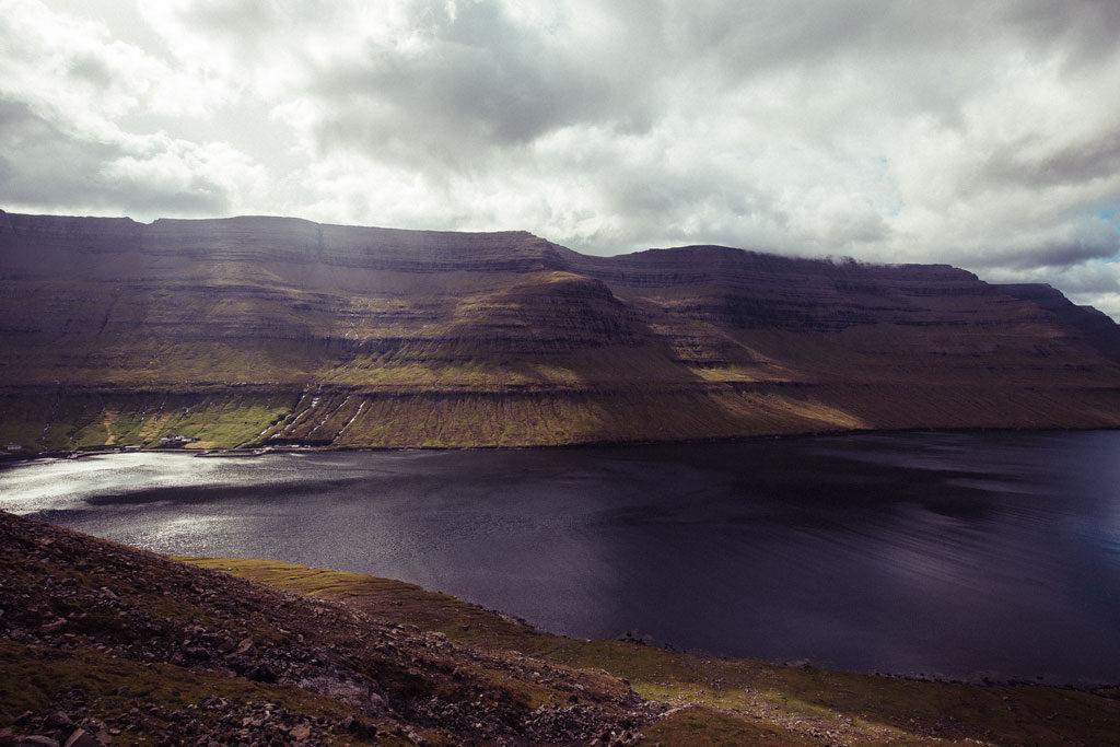 Foto af fjeld på færøerne