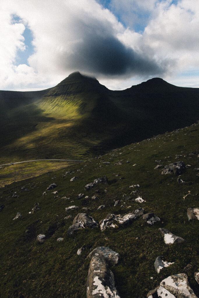 Solbeskinnet bjerg, Færøerne