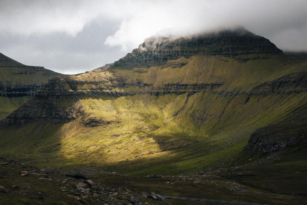 Sol og majestætisk fjeld på Færøerne